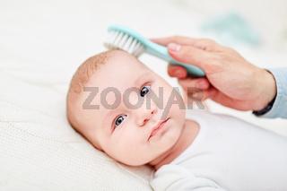 Bürste entfernt Kopfschuppen von Baby Haut