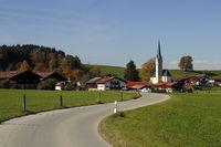 Straße mit kleinem Dorf