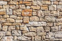 Mauer aus grobem Sandstein als Hintergrund