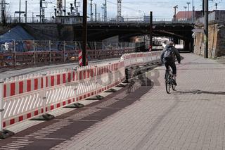 Fahrradfahrer an einer Baustelle in Magdeburg