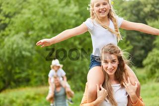 Mädchen hat Spaß auf einer Wanderung