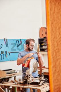 Handwerker baut neue Gitarre