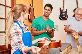 Azubi und Lehrling arbeiten in der Werkstatt