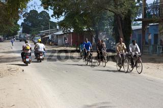 Belebte Strasse in der Ortschaft  Mwanakwerekwe