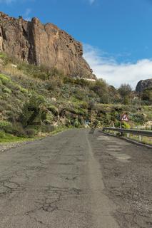 Straße mit kaputter Fahrbahn in Gran Canaria