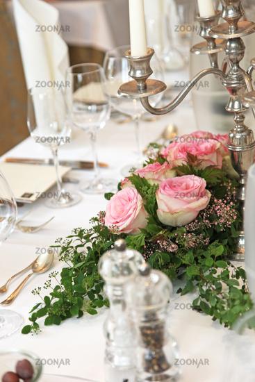 Foto Festlicher Tisch Mit Blumenschmuck Bild 2525472