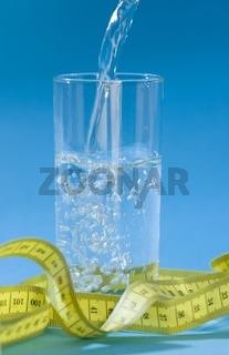 Wasserglas mit Maßband