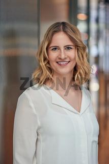 Bewerbungsfoto einer hübschen jungen Frau