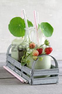 Weizengras-Erdbeer-Smoothie mit Kapuzinerkresse