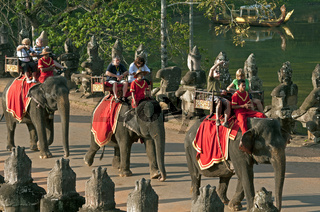 Touristen auf Elefanten in Angkor Thom, Kambodscha