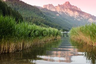 Berg mit Spiegelung im See