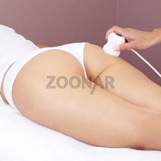 Frau bekommt Elektromassage