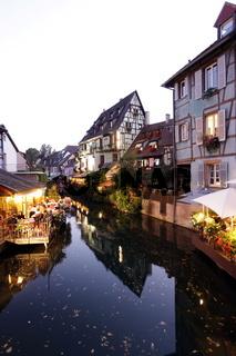 Der Kanal Lauch im Stadtteil Petite Venise oder kleines Venegig in der Altstadt von Colmar an der Weinstrasse im Elsass im osten von Frankreich.