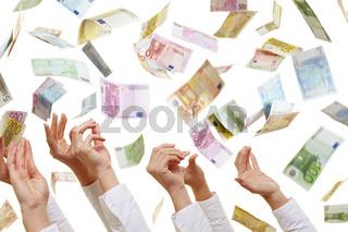Viele Hände greifen nach Geldscheinen