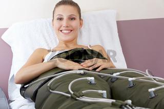 Lachende Frau bei Druckwellenmassage