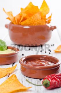 Tortilla Chips mit zweierlei Dip