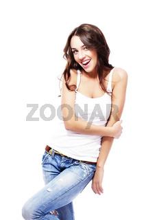 glückliche frau in jeans hält ihren arm