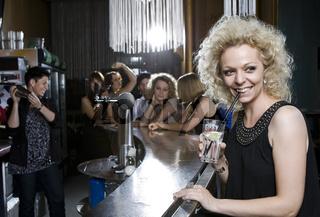 Junge Frau in einer Bar