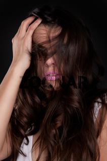 Bruenette huebsche Frau mit schoenen langen Haaren