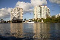 Apartmenthäuser am Kanal in der Innenstadt von Fort Lauderdale
