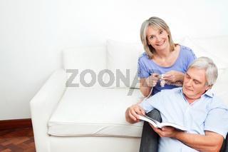 Seniorenpaar gemeinsam auf Sofa