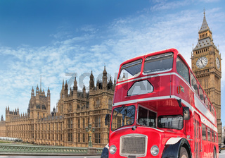 Rote Doppeldeckerbus vor Parlament