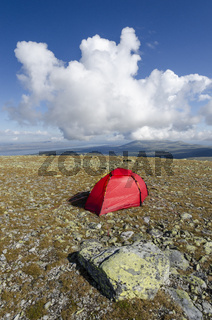 Zelt auf dem Berg Elgahogna mit Blick auf den See Femunden, Femundsmarka Nationalpark, Hedmark, Norwegen