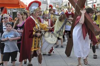 Jesus trägt das Kreuz