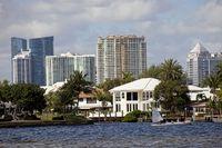 Luxusvilla am Wasser und die Skyline von Fort Lauderdale