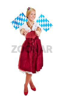 Frau im Dirndl mit bayrischen Fahnen