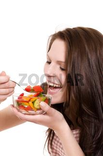 glückliche frau beim salat essen