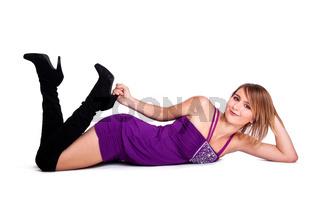 Blonde Frau liegt auf dem Boden
