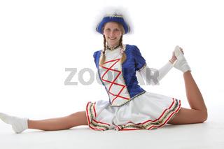 Funkenmariechen mit Karnevals -oder Faschingsuniform präsentiert Tanzpose