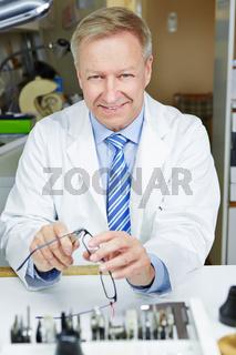 Optiker repariert Bügel einer Brille