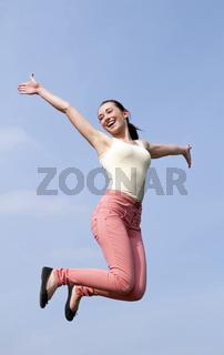 Frau macht Freudensprung