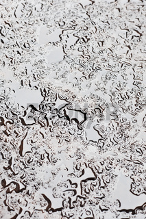 Wassertropfen auf einer Kunststoffplatte