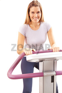 Frau auf Laufband im Fitnesscenter