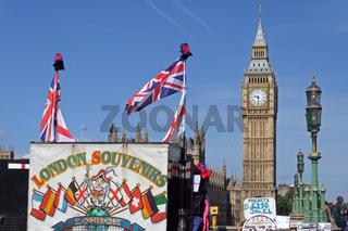 Blick auf den Big Ben und einen Souvenirstand in London