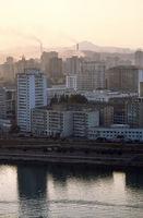 Luftverschmutzung und Plattenbauten in Pyongyang