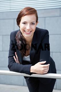 Zufriedene Geschäftsfrau lächelt