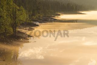 abendliche Nebelstimmung am Fluss Stora Luleaelven, Lappland, Schweden