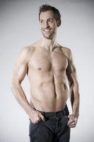 Muskulöser Mann mit freiem Oberkörper