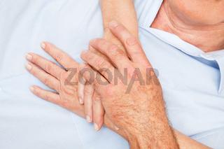 Seniorenhände berühren sich