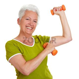 Seniorin zeigt ihre Muskeln