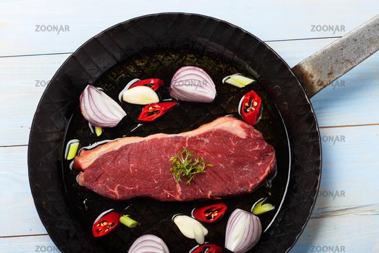 rohes Steak in einer Eisernpfanne