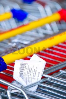 Kassenzettel an einem Einkaufswagen Receipts on a shopping cart