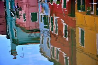 Burano - Spiegelung von Häusern im Wasser