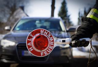 Feuerwehr Einsatz Feuerwehrmann sperrt Strasse