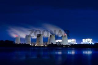 Braunkohlekraftwerk am Abend