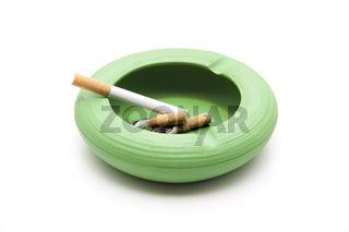 Grüner Aschenbecher mit Zigaretten